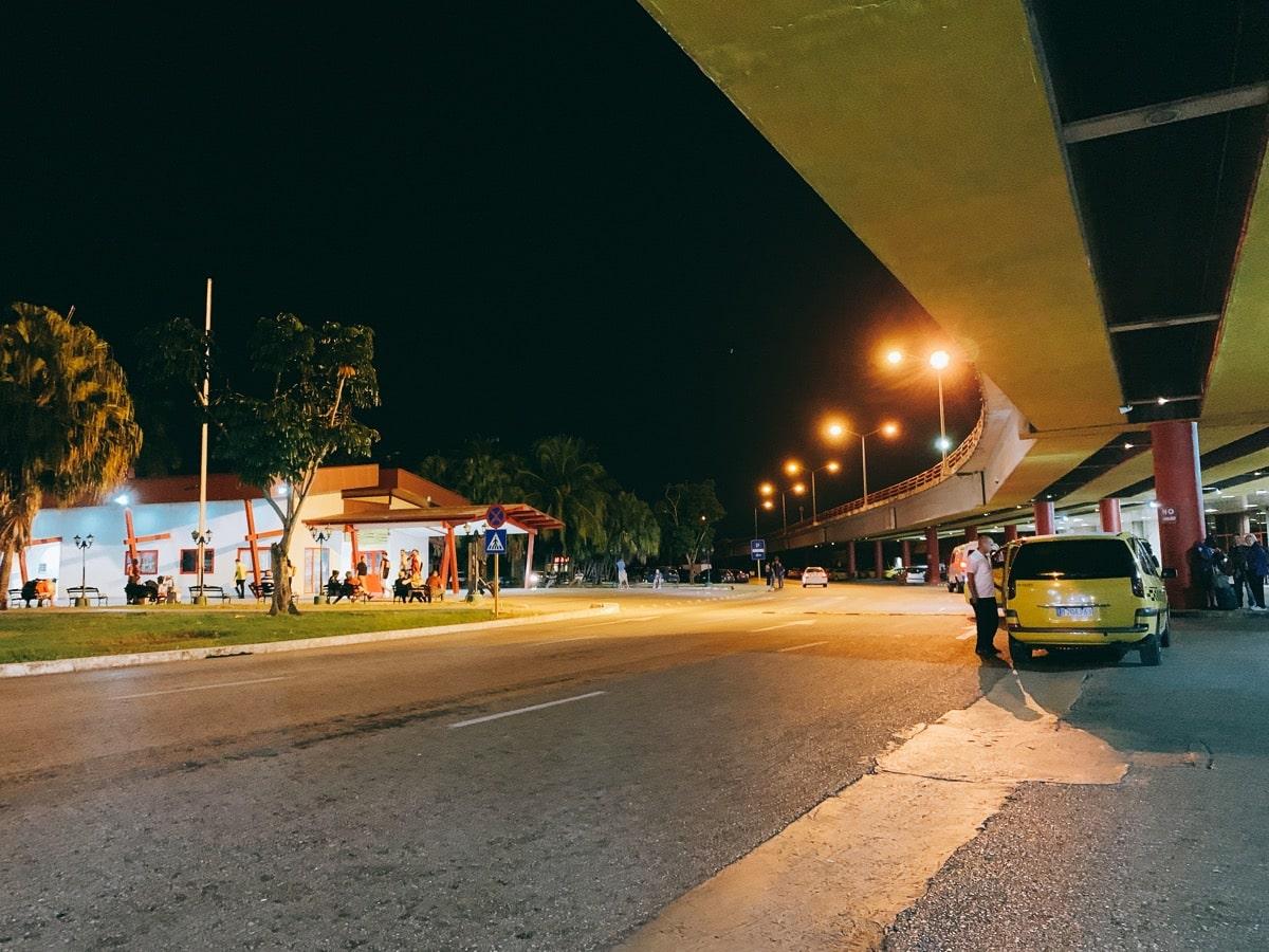Cuba airport access 8 バス乗り場