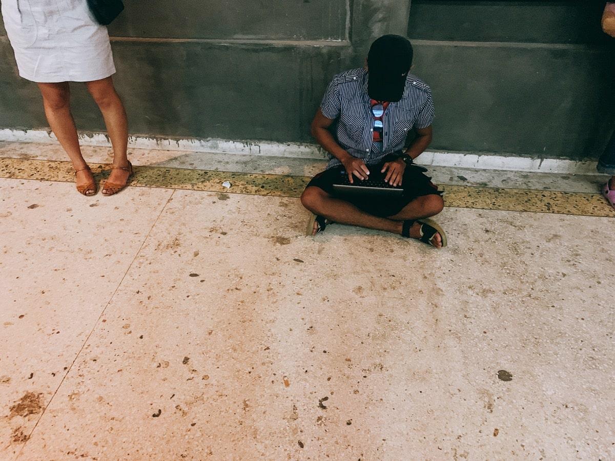 Cuba wifi 5 路上でパソコン