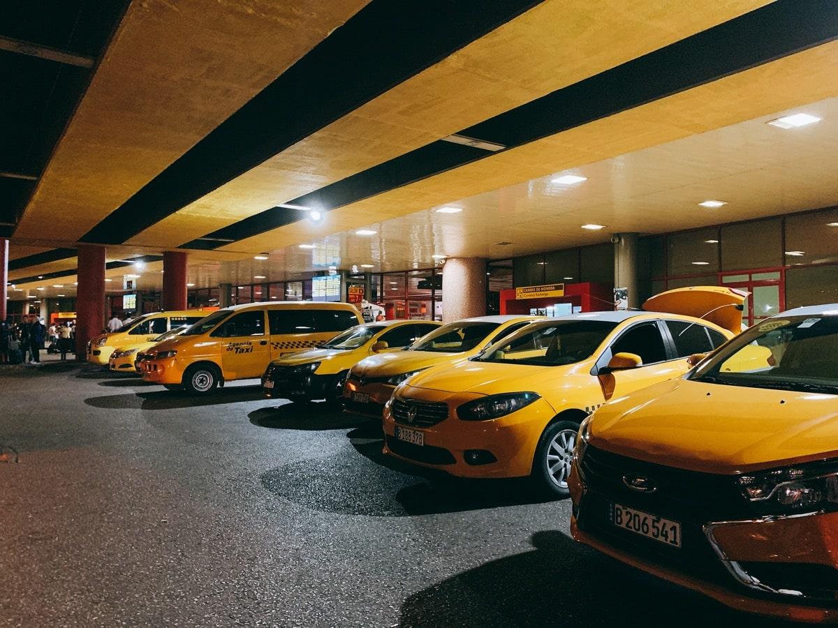 Cuba airport access 7 タクシーの列