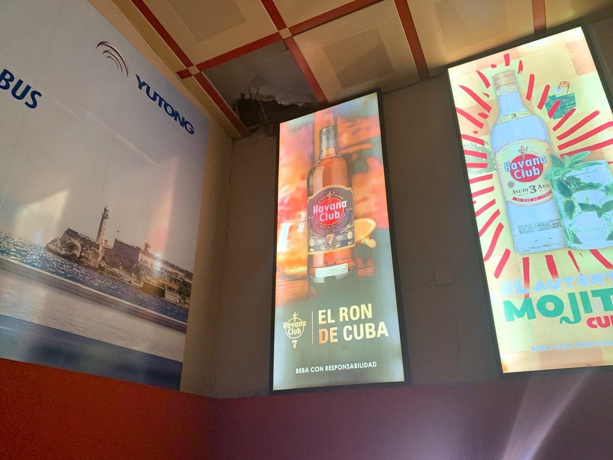 Cuba airport access 3 空港の広告
