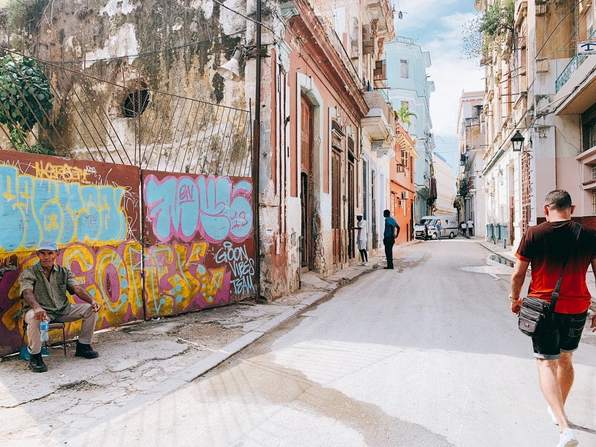 Cuba wifi 3 ハバナの路上