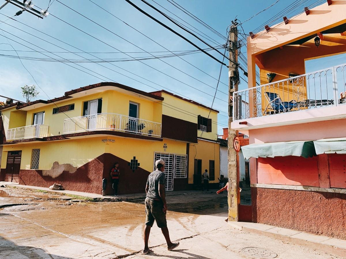 Trinidad 24歩く人