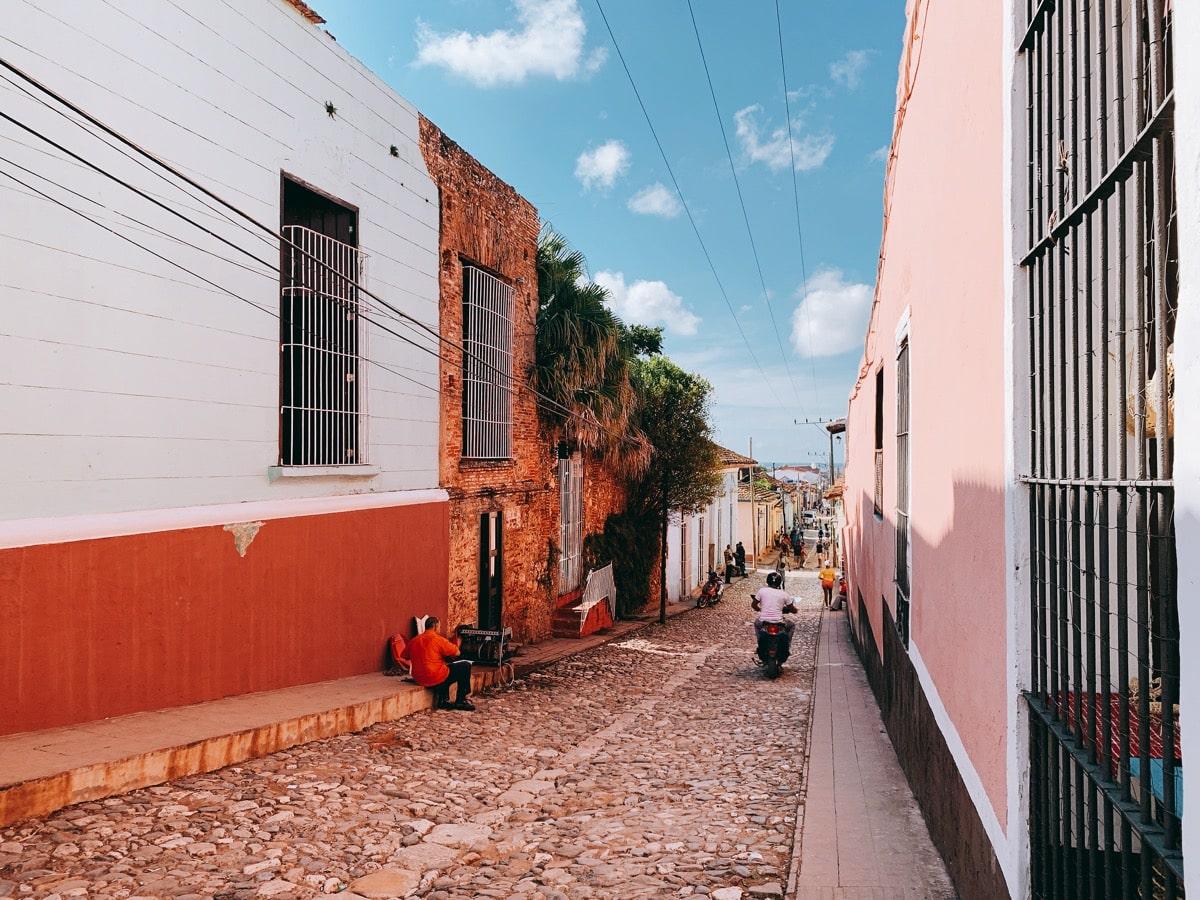 Trinidad 36石畳とピンク壁